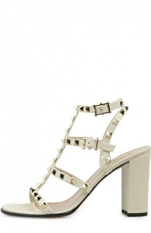 Босоножки Rockstud на устойчивом каблуке Valentino. Цвет: белый