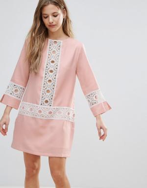 The English Factory Свободное платье с кружевной отделкой. Цвет: розовый