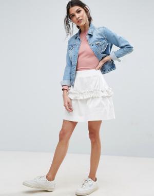 ASOS Саржевая мини-юбка с оборкой. Цвет: белый