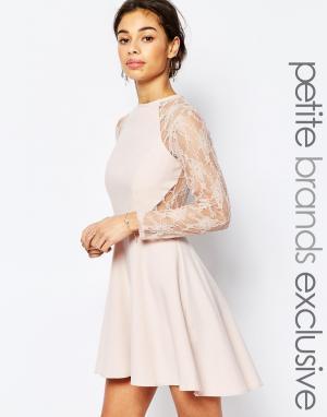 John Zack Petite Короткое приталенное платье с кружевными рукавами 3/4. Цвет: розовый
