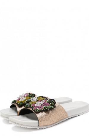 Шлепанцы с глиттером и аппликацией Monnalisa. Цвет: золотой