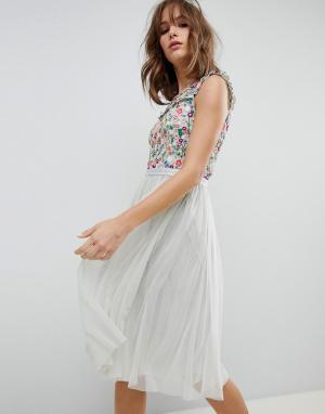 Needle & Thread Платье миди с цветочной вышивкой. Цвет: синий