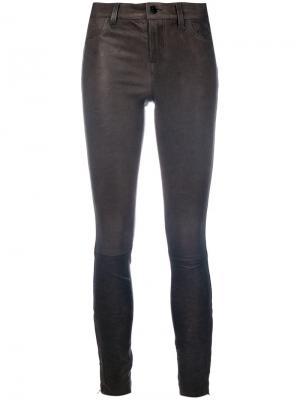 Укороченные облегающие брюки из кожи J Brand. Цвет: серый
