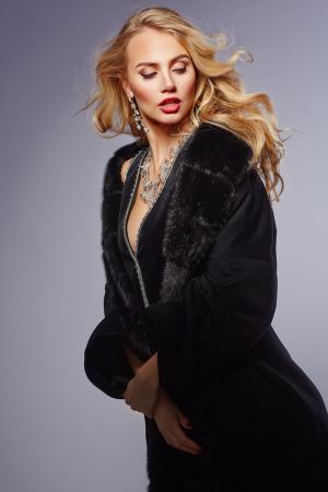 Женское пальто с мехом норки  из шерсти Loro Piana Heresis. Цвет: черный