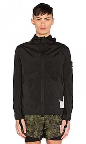 Ветровка с карманом на молнии спереди Satisfy. Цвет: черный