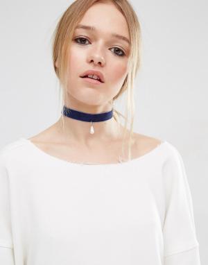 ASOS Бархатное ожерелье-чокер с жемчугом. Цвет: синий