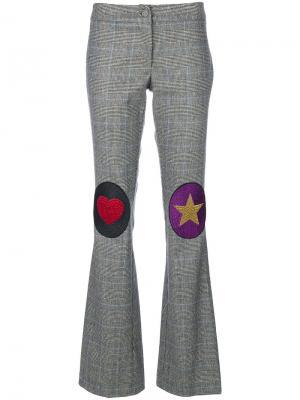 Расклешенные брюки с заплатками на коленях Ultràchic. Цвет: серый