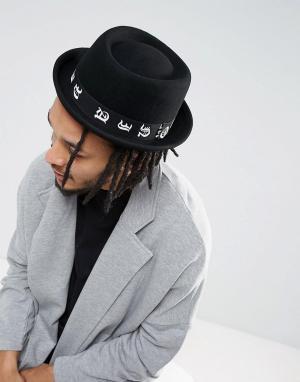 ASOS Черная шляпа с загнутыми кверху полями и лентой принтом. Цвет: черный
