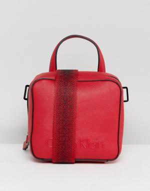Calvin Klein Сумка с широким ремешком. Цвет: красный