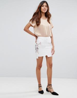 Miss Selfridge Джинсовая мини юбка с вышивкой. Цвет: белый