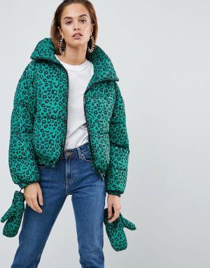 ASOS Дутая куртка с леопардовым принтом и варежками. Цвет: зеленый