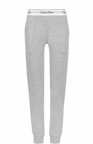 Хлопковые брюки с карманами и логотипом бренда Calvin Klein Underwear. Цвет: серый