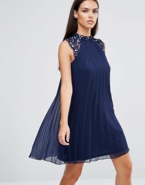 Lipsy Свободное платье с плиссировкой и цветочной отделкой 3D. Цвет: темно-синий