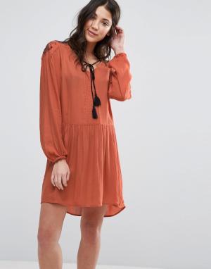 Vero Moda Короткое приталенное платье с длинными рукавами и кисточками. Цвет: оранжевый