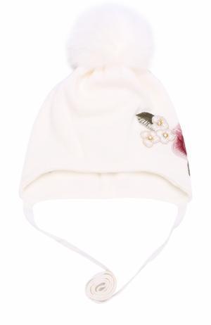 Вязаная шапка с вышивкой и меховым помпоном Monnalisa. Цвет: белый