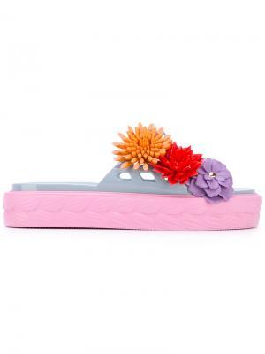 Шлепанцы с цветочным украшением Kartell Paula Cademartori. Цвет: розовый и фиолетовый