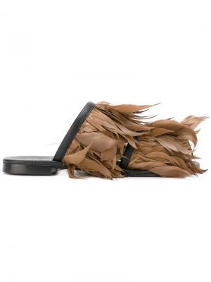 Шлепанцы с отделкой перьями Avec Modération. Цвет: коричневый