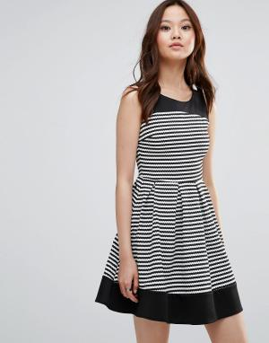 Wal G Короткое приталенное платье в полоску. Цвет: черный