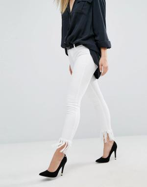 BLANK NYC Укороченные джинсы скинни с бахромой. Цвет: белый