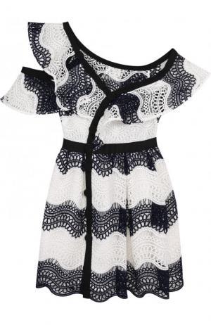 Приталенное кружевное платье-миди с открытым плечом self-portrait. Цвет: черно-белый
