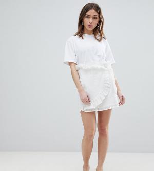 Lost Ink Petite Мини-юбка с запахом и вышивкой ришелье. Цвет: белый