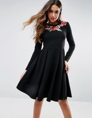 Club L Короткое приталенное платье с вышивкой роз. Цвет: черный