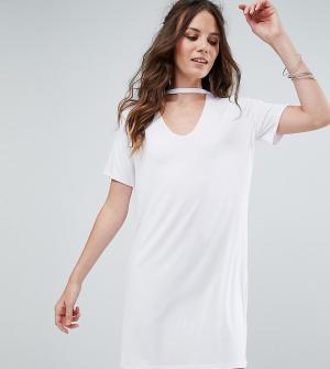 Glamorous Tall Свободное платье-футболка с чокером. Цвет: белый