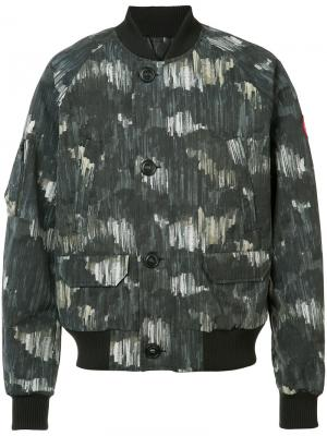 Камуфляжная куртка-бомбер Canada Goose. Цвет: серый