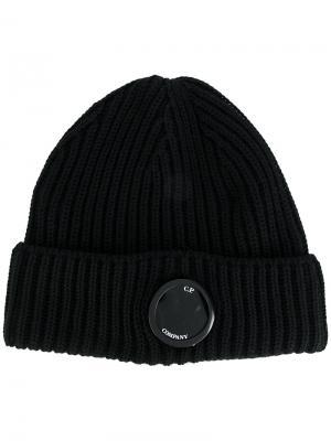 Вязаная шапка с бляшкой логотипом CP Company. Цвет: чёрный
