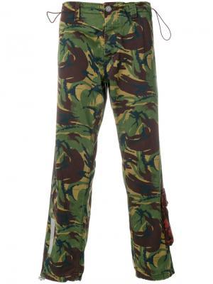 Камуфляжные брюки Off-White. Цвет: зелёный