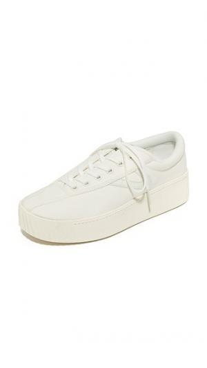 Яркие классические кроссовки на платформе Nylite Tretorn. Цвет: винтажный белый