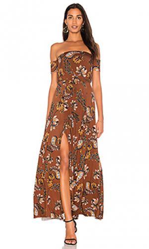 Платье с открытыми плечами margaret Clayton. Цвет: коричневый