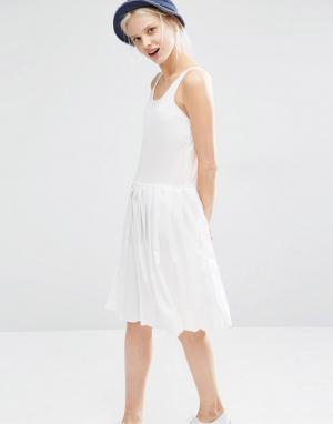 I Love Friday Платье без рукавов со складками на юбке. Цвет: белый