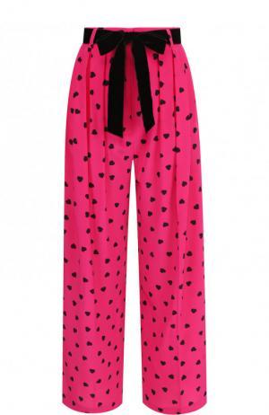 Укороченные шелковые брюки с контрастным поясом и принтом Valentino. Цвет: фуксия
