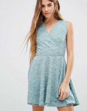 Wal G Короткое приталенное платье с запахом спереди. Цвет: зеленый