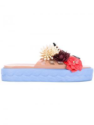 Шлепанцы с цветочным украшением Kartell Paula Cademartori. Цвет: телесный