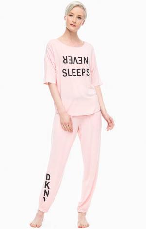 Домашний комплект из розовых футболки и брюк DKNY. Цвет: розовый