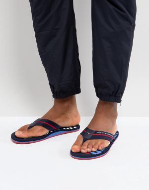 Tommy Hilfiger Темно-синие шлепанцы с широкой полосой и логотипом. Цвет: темно-синий