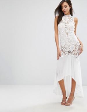 Love Triangle Платье макси с полупрозрачным кружевом. Цвет: белый