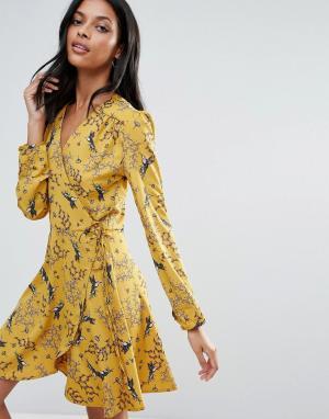Liquorish Платье с длинными рукавами, запахом и принтом ласточек. Цвет: желтый