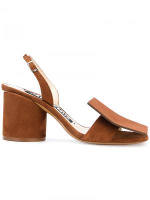 Босоножки на массивном каблуке Jacquemus. Цвет: коричневый