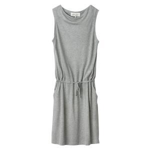 Платье однотонное прямого и короткого покроя без рукавов AND LESS. Цвет: серый меланж