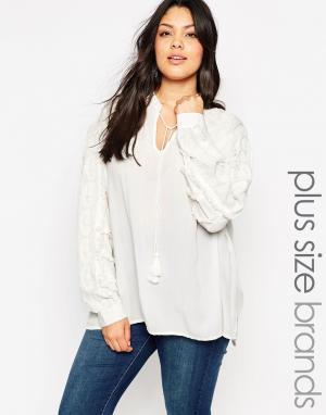 Carmakoma Фактурная блузка с кисточками. Цвет: кремовый