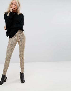 Religion Байкерские брюки с завышенной талией и эффектом змеиной кожи. Цвет: бежевый