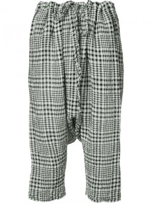Gingham drop-crotch cropped trousers Forme Dexpression D'expression. Цвет: белый
