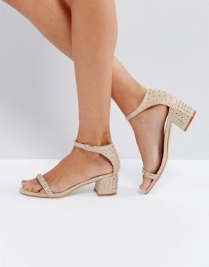 Raid Бежевые босоножки на каблуке с заклепками Tiffany. Цвет: бежевый