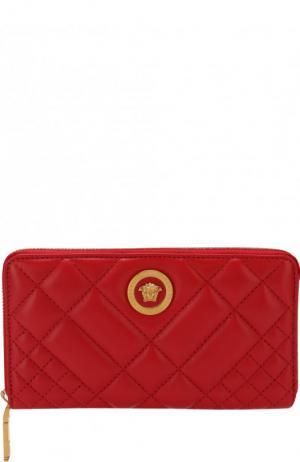 Кожаное портмоне на молнии Versace. Цвет: красный