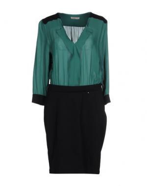 Короткое платье TOY G.. Цвет: изумрудно-зеленый