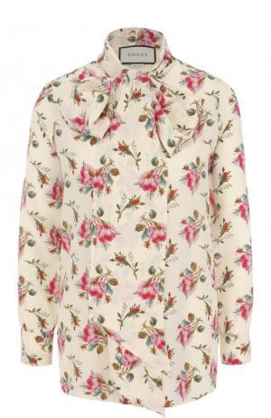 Шелковая блуза с воротником аскот и принтом Gucci. Цвет: бежевый