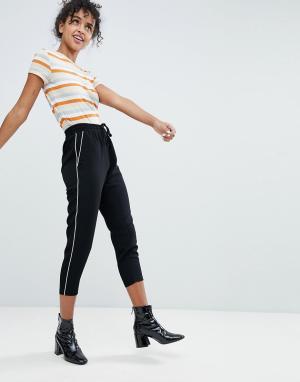 Monki Широкие брюки со складками и полосками по бокам. Цвет: черный